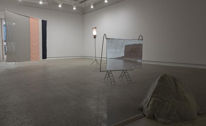 Maryse Larivière, Under the Cave of Winds, 2017. Vue de l'exposition, médium mixte et film 16mm avec son, 4 min 3 sec.