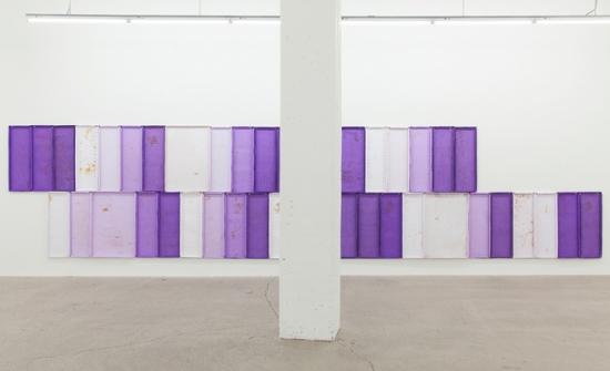 Nicolas Lachance, Summer Purple Log, 2018, pulpe de papier, pigment, ruban de fibre de verre, rouille, poussière et aimants, 182,8 x 792 cm. Photo: Simon Belleau