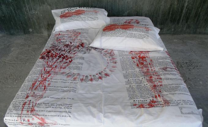 François Morelli, Déclaration des droits de l'homme, 2001, impression sur draps et taies d'oreiller, drap : 222 x 210 cm, taies d'oreiller : 2 x 50 x 80 cm