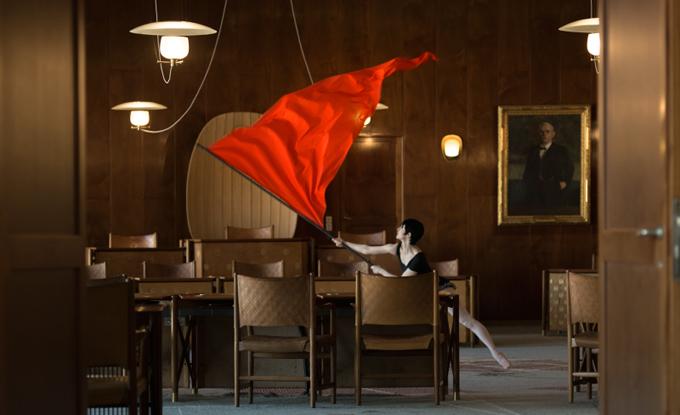 Jasmina Cibic, Nada: Act II (extrait de production), 2017, vidéo HD. Photo: Pete Moss